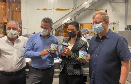 הרב פינטו ואיילת שקד ביקרו במפעל של בן אנד ג'ריס